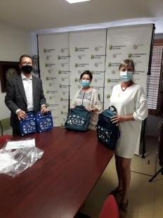 Los Servicios Sociales del Ayuntamiento de Zafra reciben 60 kits escolares de Caixabank