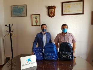 La Obra Social `La Caixa´ entrega material escolar al Ayuntamiento de Fuente del Maestre para familias vulnerables