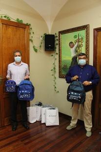 Caixabank entrega 46 kits de material escolar destinados a alumnos vulnerables de Los Santos de Maimona