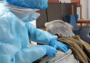 30 usuarios de la Residencia de Mayores de Los Santos que no se han contagiado reciben la vacuna contra la covid-19