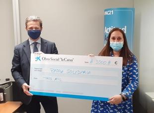 Zafra Solidaria recibe un cheque de 3.000 euros de la sucursal local de Caixabank
