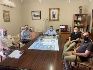 Los arquitectos que redactarán el proyecto del nuevo Centro de Salud de Los Santos de Maimona presentan al alcalde sus líneas generales