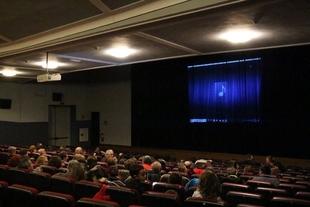 El cine club Los Santos de Maimona se estrena con más 400 socios