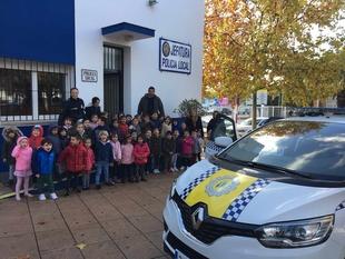 El alumnado de Infantil del CP. Pedro de Valencia visitan a los agentes de la Policía Local de Zafra