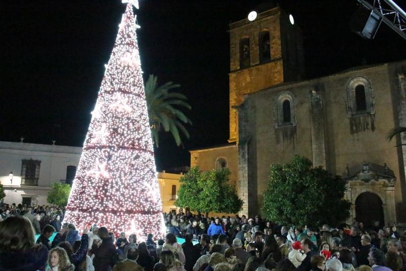 Los Santos de Maimona enciende su alumbrado navideño ante centenares de santeños