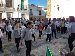 Más de 200 niños fontaneses dieron la bienvenida a 2020 con gominolas y bailes en la Plaza de España