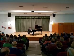 El pianista internacional J.M. Villegas ofreció un concierto didáctico en Fuente del Maestre