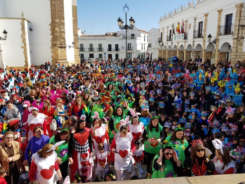 Los centros educativos fontaneses abren el carnaval con un pasacalles colorido y festivo