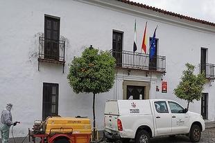 La Diputación de Badajoz vuelve a desinfectar las calles de Burguillos del Cerro