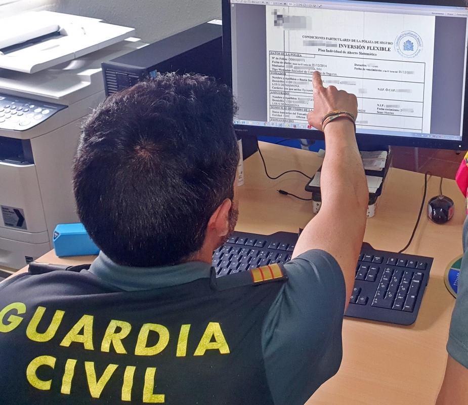 La Guardia Civil investigó a un gestor asegurador por estafar 12.000 euros a dos vecinos de los Santos de Maimona y Zafra