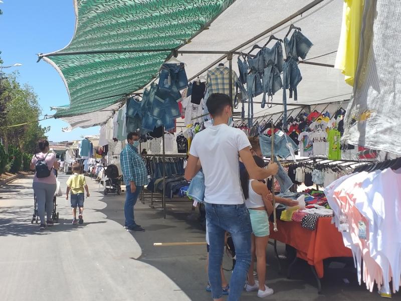 La vuelta del mercadillo en Fuente del Maestre se desarrolla con normalidad y buena afluencia de público