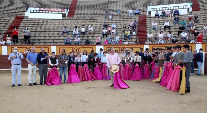 Las peñas taurinas `El Temple´ de Burguillos y `Victorino Martín´ de Los Santos asistieron al homenaje a Luis Reina