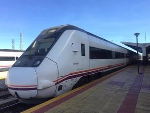 Un tren arrolla a un coche en el paso a nivel sin barrera en el tramo Zafra-Puebla de Sancho Pérez