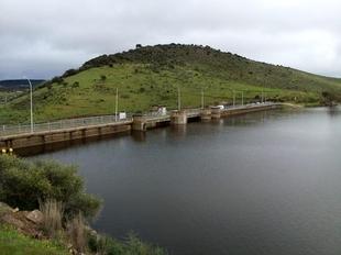 Comienza a rebosar el pantano de La Albuera del Castellar, que abastece a Zafra, Medina de las Torres y Puebla de Sancho Pérez