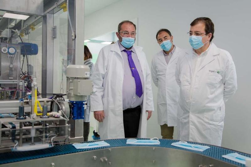 El presidente de la Junta asiste en Alconera a la inauguración de la fábrica de mascarillas Ingeluz