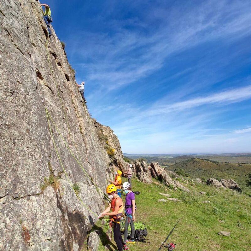 El Club de Montaña de Los Santos de Maimona fomenta la escalada entre todas las edades