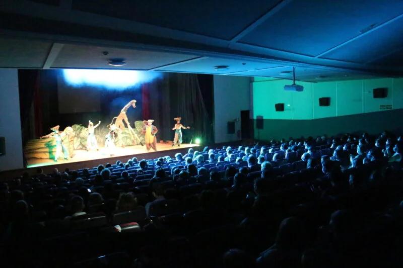 El Ayuntamiento de Los Santos de Maimona fomenta la cultura y el sector hostelero a través del teatro