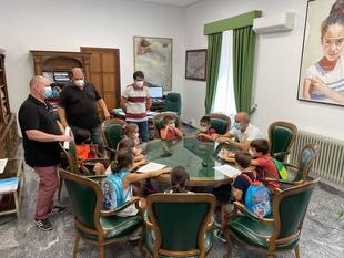 Los niños del programa Diviértete son recibidos en el Ayuntamiento de Zafra