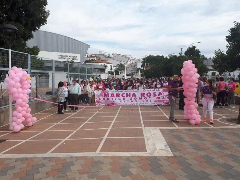 Unas 800 personas participaban en la Marcha Rosa Solidaria de Los Santos de Maimona