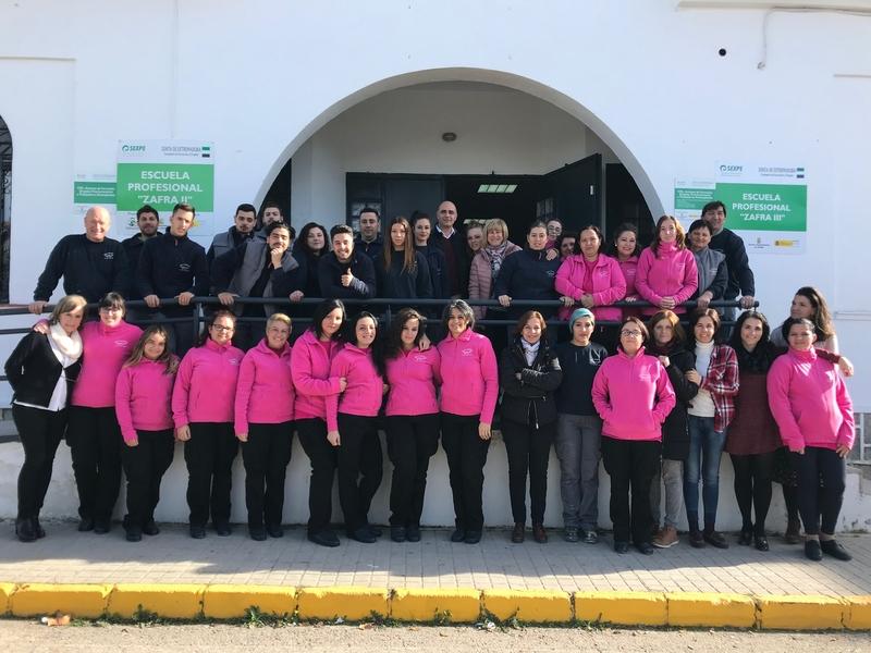El alcalde visita a los alumnos de la Escuela Profesional Zafra III en el antiguo matadero