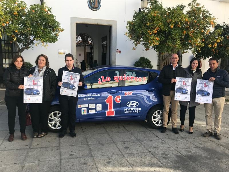 El Comercio de Zafra presenta en el Ayuntamiento su campaña de Navidad en la que sortea un coche