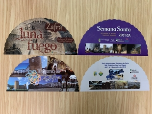 El alcalde presenta una campaña publicitaria de Zafra con la distribución de abanicos en el Festival de Mérida