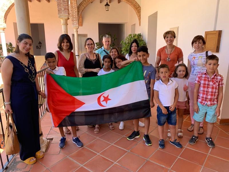 Los niños saharauis del programa Vacaciones en Paz y sus familias de acogida son recibidos en el Ayuntamiento