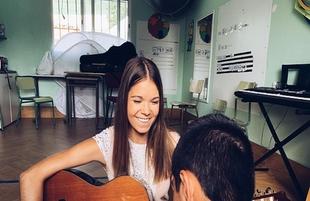 La fontanesa Jeni Sánchez ejerce como musicoterapeuta en la Escuela de Verano de APNASUREX