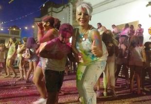 La Fiesta Holi de Fuente del Maestre inunda de colores y alegría la Plaza de España