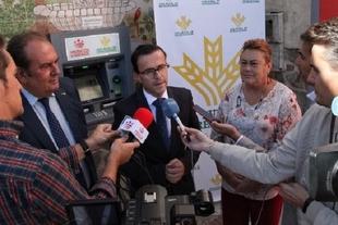 Habitantes de La Lapa, Atalaya y Valverde de Burguillos se benefician de los cajeros automáticos instalados por la Diputación de Badajoz