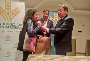 Irene de Miguel entrega en Zafra al ministro de Agricultura una botella de cava extremeño para que vea su