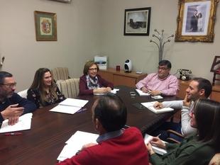 Representantes del Ayuntamiento de Los Santos y de los tres colegios locales se reunen para la planificación del curso escolar