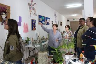 La Asociación de vecinos del Barrio Santo Ángel de Los Santos expone las manualidades del proyecto `Decoración con reciclaje´