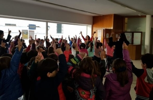 Charo Jaular encandiló a niños y adultos en sus cuentacuentos en Fuente del Maestre